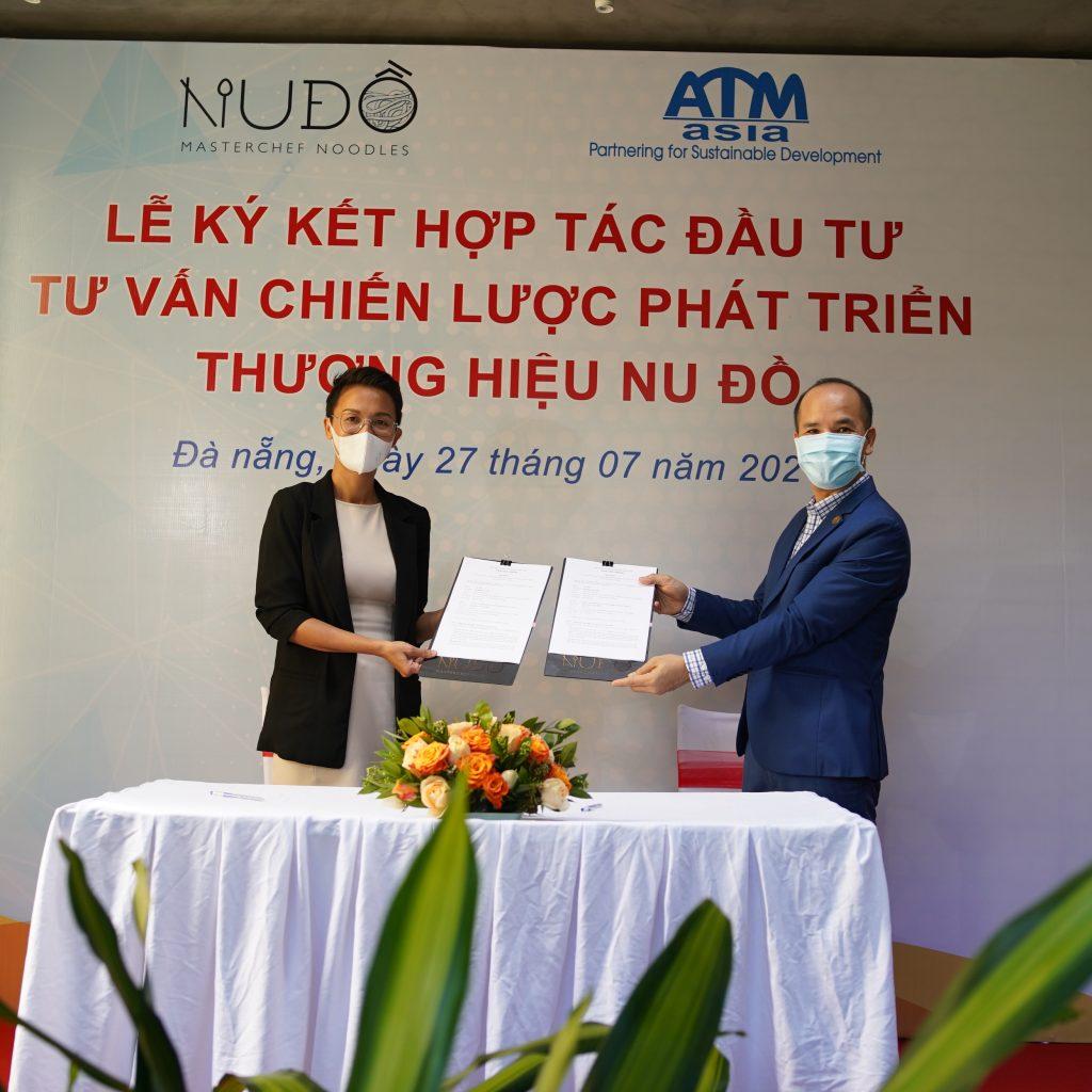 Master Chef Tuyet Pham & Ths. Trần Xuân MỚI - Founder/CEO ATM Asia trao Hợp đồng đã ký kết.