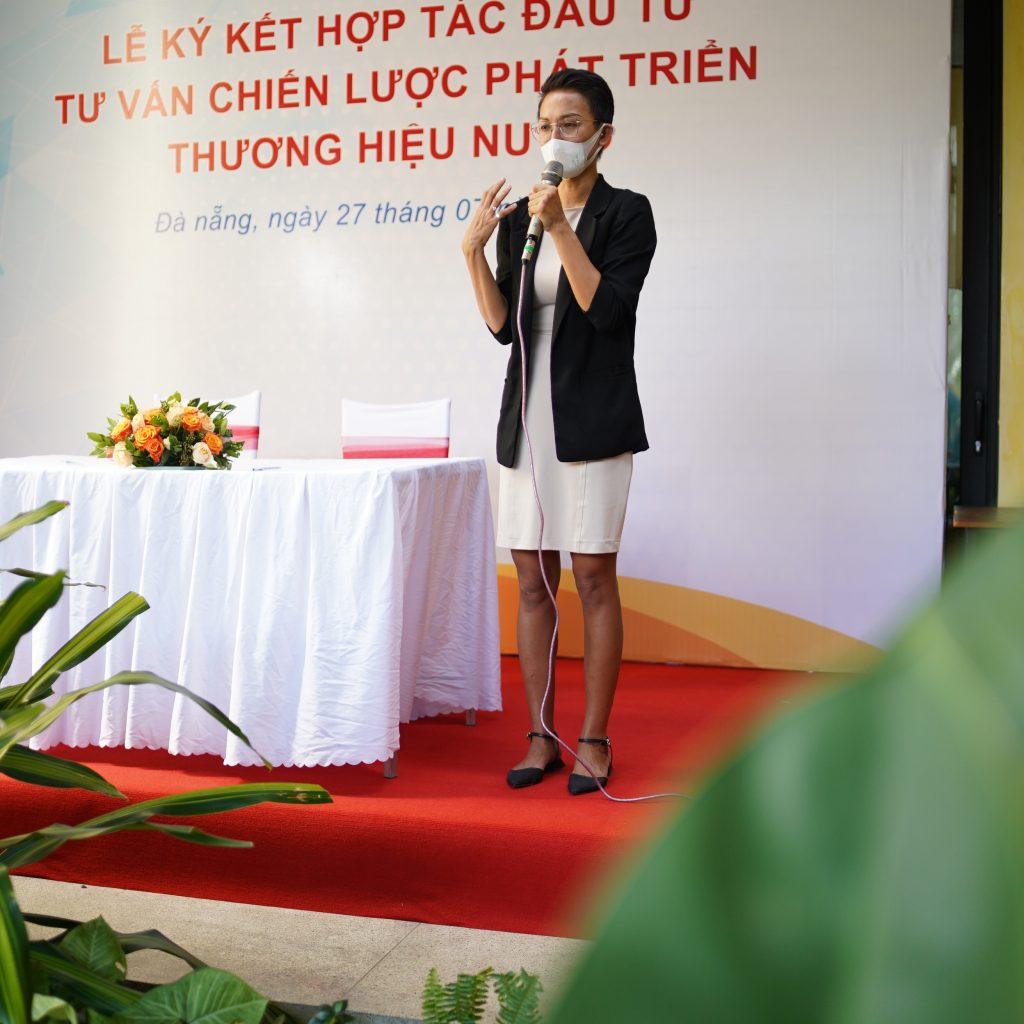 Master Chef Tuyet Pham chia sẻ đầy cảm xúc tại sự kiện ký kết hợp tác.